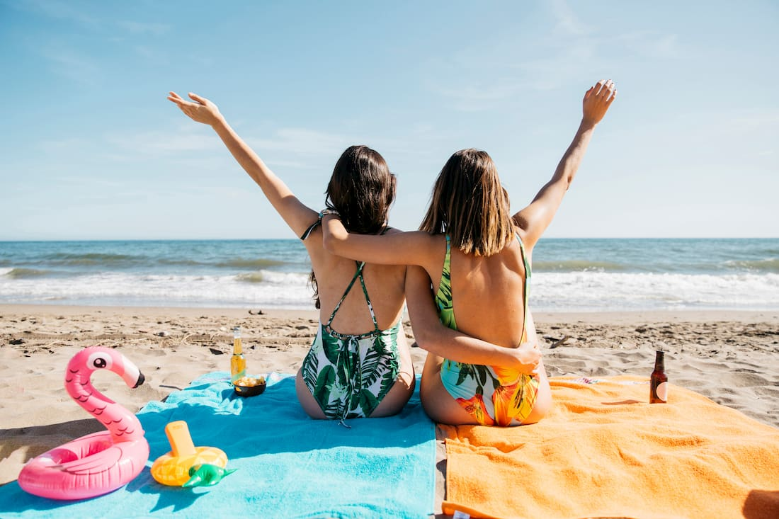 chicas tomando el sol en la playa